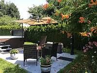 relaxační zóna s vířivkou a solární sprchou - apartmán ubytování Vestec u České Skalice