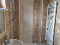 Roubenka koupelna patro - pronájem roubenky Božanov