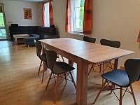 Apartmán přízemí - jídelní stul - k pronajmutí Hlinsko