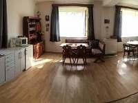 Obývací pokoj s kuchyní.