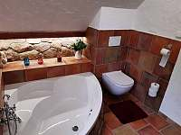Horní koupelna s rohovou vanou - chalupa k pronájmu Žďárky