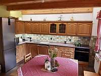 Plně vybavená kuchyně s myčkou - pronájem chalupy Žďárky