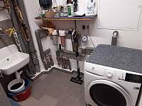Technická místnost s pračkou a sušičkou - chalupa k pronájmu Žďárky
