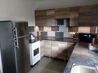 Kuchyně s vybavením. - rekreační dům ubytování Říkovice