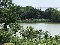 výhled na rybník a koupaliště - chata k pronájmu Opočno