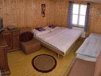 Jeden ze tří pokojů v přízemí