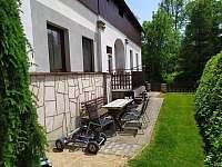 Posezení před chalupou - ubytování Adršpach - Zdoňov