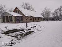 Pohled na chalupu v zimním období - pronájem Choteč