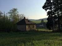 pohled z hora na dům