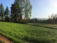 vpravo nad domem Ruprechtický špičak s rozhlednou 880m.n.m