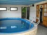 bazén je spojen dveřmi se společenskou místností