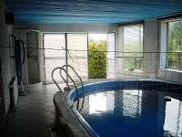 sprchový kout u bazénu