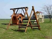 dětské hřiště u statku - rekreační dům ubytování Hajnice