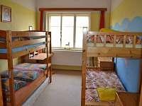 ložnice pro čtyři osoby - dětský pokoj s hračkami - pronájem rekreačního domu Hajnice