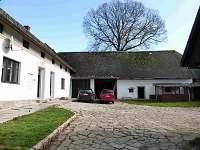 uzavřený dvůr s pergolou - rekreační dům k pronájmu Hajnice