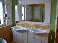 větší koupelna s vanou a sprchovým koutem - rekreační dům k pronájmu Hajnice