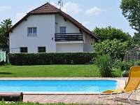Bazén na zahradě - pohled na penzion - ubytování Šeřeč