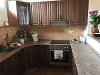 Kuchyň se sporákem, troubou a lednicí. - chalupa k pronájmu Stradouň