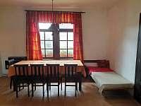 V jídelně je kanape, které lze přesunout jako 8. lůžko do ložnice. - pronájem chalupy Stradouň