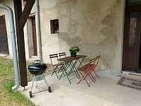 Venkovní sezení s bubínkovým grilem - chalupa ubytování Stradouň
