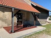 Veranda s venkovním sezením - chalupa k pronajmutí Stradouň