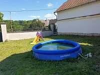 Zahrada s bazénem a klouzačkou - Stradouň