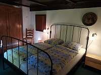 ložnice přízemí - pronájem roubenky Lachov