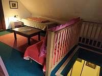 podkroví - místnost průchozí (posezení a dvě lůžka) - Lachov