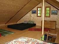 ložnice - dnes již je kolem průlezu dřevěné zábradlí - pronájem srubu Machovská Lhota