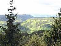 pohled z hory Bor 852 m. - srub je dole v pravé třetině schovaný za stromy