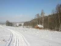 v zasněžené zimě lyžařské stopy