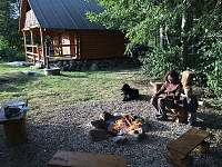 venkovní posezení s ohništěm - srub ubytování Machovská Lhota