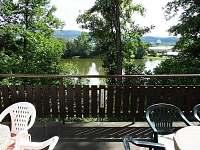Z obytného pokoje je vstup na terasu a krásným výhledem na rybník - chata ubytování Batňovice