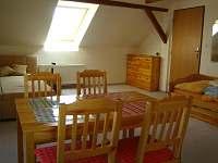 Apartmán - lůžka a stůl