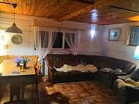 obývák s jídelním koutem - chata ubytování Rybník