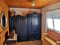 předsíň a šatní skříně - pronájem chaty Rybník