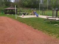 prolézačky a další hřiště pro děti u tenis.kurtů - chata k pronájmu Rybník