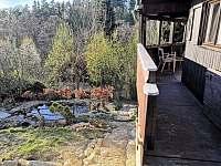 výhled do údolí a okrasné jezírko - chata k pronajmutí Rybník
