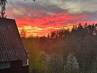 západ slunce z krytého balkónu - chata ubytování Rybník