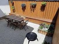 Dvorek objektu s posezením a grilem - Hroubovice