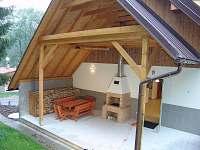 Venkovní terasa s krbem