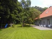 zahrada s terasou a prolézačkou pro děti