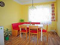 Jídelní kout - vpravo 1x jídelní židlička, 1x malá židlička (na fotu 1), nevozte