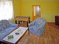 Obývací pokoj - hrací stůl, již s krbovými kamny
