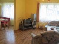 Z obývacího pokoje pohled do kuchyně
