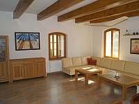 Hlavní obývací pokoj - chalupa k pronájmu Lozice
