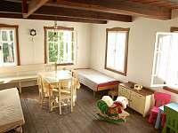 pokoj s kachlovými kamny je vhodný pro děti - chalupa ubytování Záhory