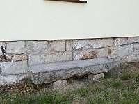 kamenná lavička v létě chladí !
