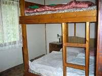 větší ložnice s dvoupalandou - pronájem chaty Kraskov Peklo