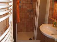 Sprchový kout, umyvadlo + WC - chata k pronajmutí Opatov Zádolka